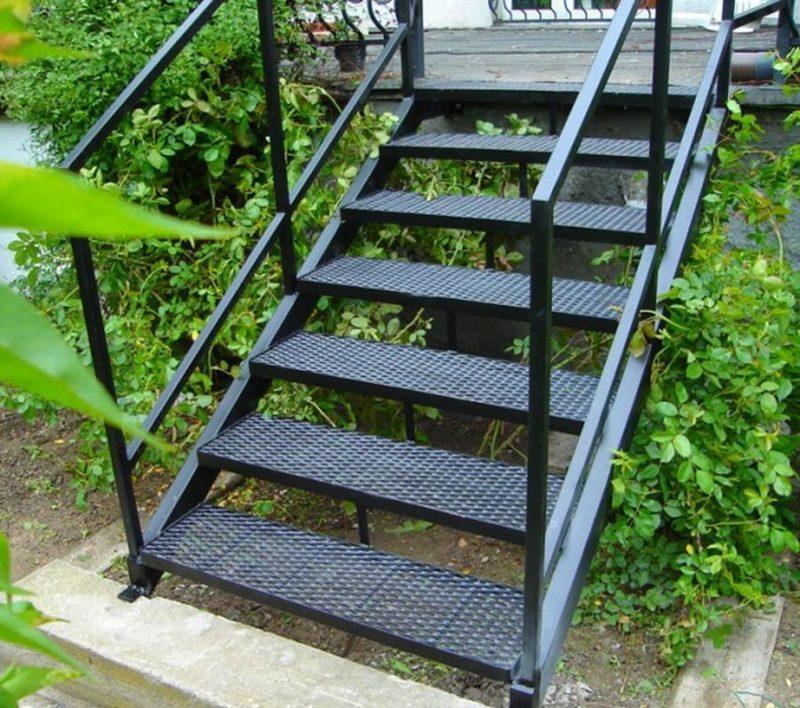 уличные лестницы для крыльца загородного дома