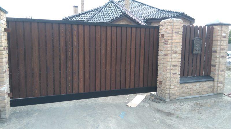 ворота с деревянной отделкой
