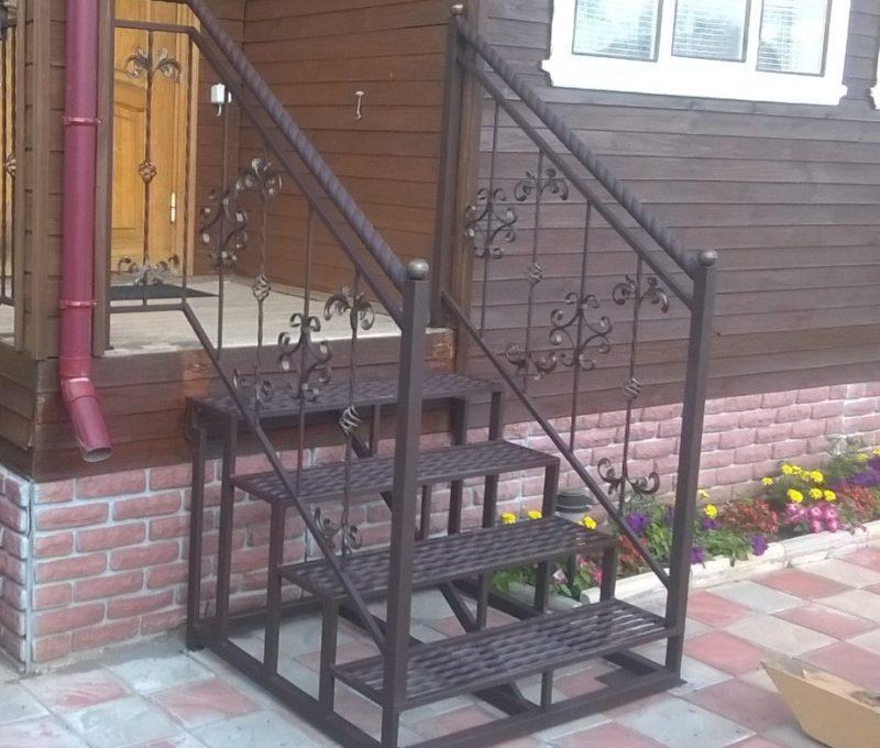 уличная лестница над крыльцом