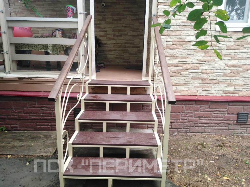 лестница для крыльца из металла и кованными элементами
