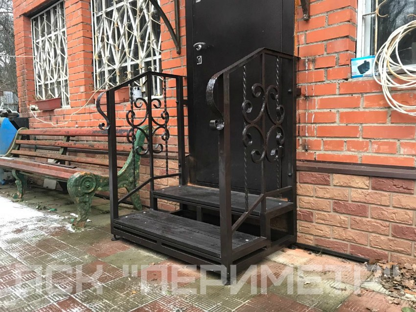 лестница для крыльца возле дома