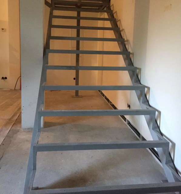 лестница закрытого типа с установкой