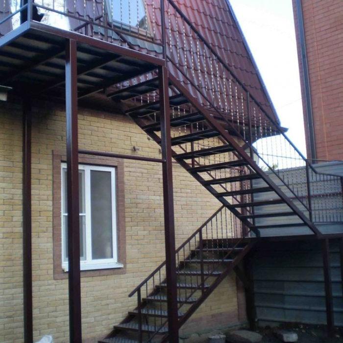уличная лестница для дома с площадкой