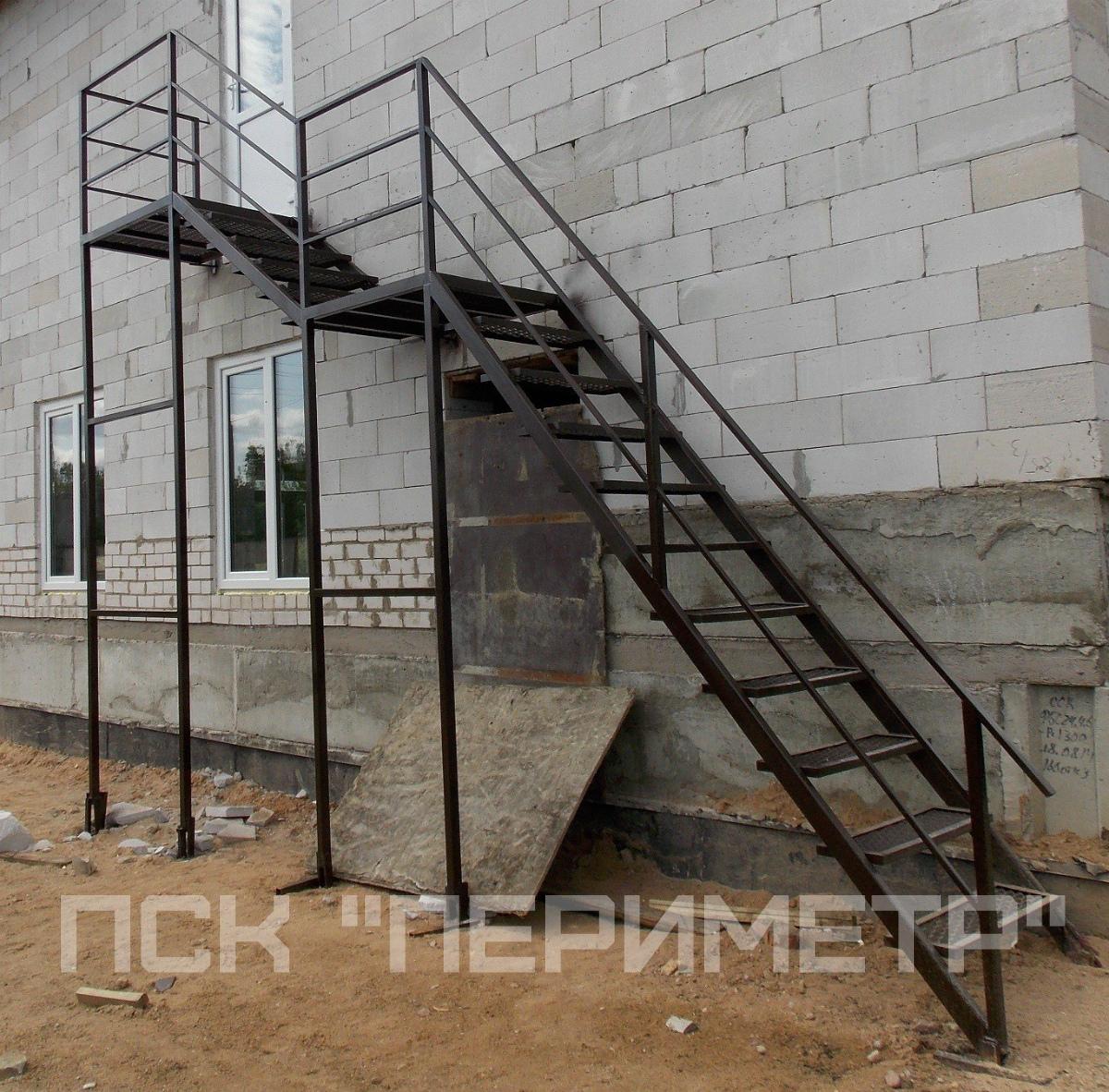 уличная лестница с двумя площадками