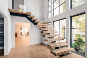 лестница на металлокаркасе в интерьере